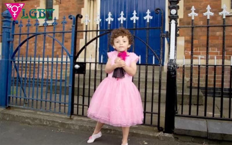 Gia đình muốn có con gái nên cho cậu bé mặc váy giống bé gái (ảnh minh họa)