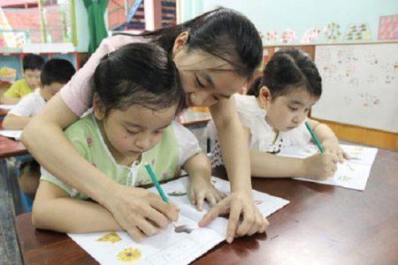 Nhiều bậc phụ huynh cho con học thêm chữ cái và số