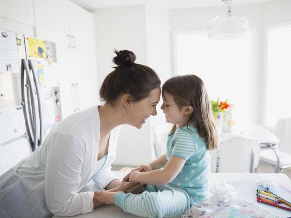 Nghe kể chuyện góp phần hình thành ngôn ngữ cảm xúc tốt, giúp trẻ giao tiếp khéo léo