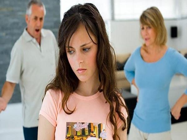 """Cần làm gì khi con tuổi teen bỗng dưng """"ghét"""" bố mẹ?"""