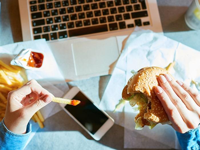 Chế độ ăn uống thiếu cân bằng có thể gây yếu sinh lý ở nam giới