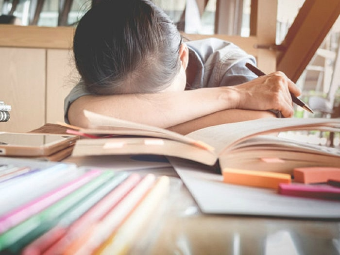 Áp lực căng thẳng sẽ ảnh hưởng không nhỏ đến sức khỏe lẫn kết quả học tập của con trẻ.