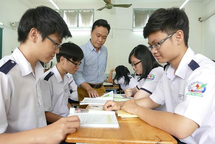 Học thêm và học với gia sư là những giải pháp được nhiều phụ huynh chọn để giúp con ôn thi cuối cấp.