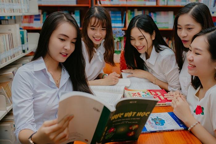 Lớp 12 là năm học gây nhiều áp lực cho cả học sinh lẫn phụ huynh