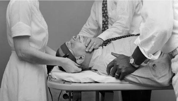 Chữa bệnh gay cho một người đàn ông bằng cách sốc điện