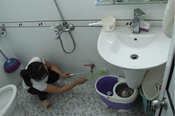 Nên thường xuyên cọ rửa nhà vệ sinh