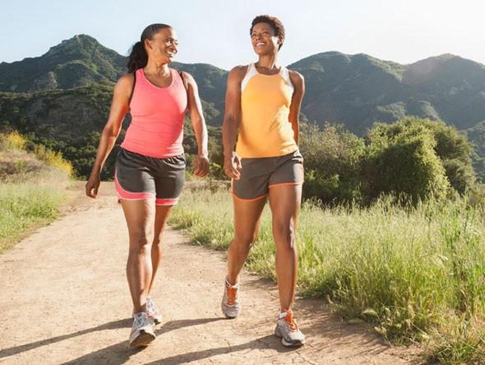 Cơ bắp săn chắc khi đi bộ vào buổi sáng